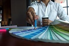 El dise?ador gr?fico elige colores de las muestras de las bandas del color para el dise?o Concepto de trabajo de la creatividad g fotografía de archivo
