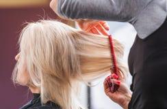 El diseñar rubio del pelo de la mujer Imagen de archivo libre de regalías