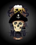 El diseño del menú de la barra con el cráneo del pirata, el vidrio de cerveza y el ron barrel Foto de archivo libre de regalías