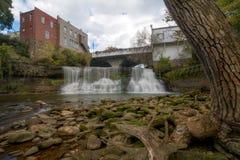 El disgusto baja cascada de Ohio fotos de archivo