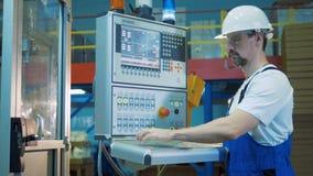 El dispositivo de control automatizado está siendo manejado por un técnico de sexo masculino almacen de metraje de vídeo