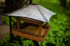 El dispositivo para alimentar los pájaros Fotos de archivo libres de regalías