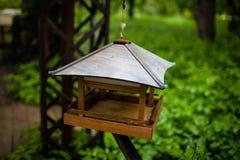 El dispositivo para alimentar los pájaros Imagenes de archivo