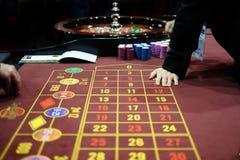 El distribuidor autorizado y el jugador en un casino roulette el juego fotografía de archivo