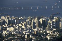 El distrito central de Rio de Janeiro y puente de Niteroi, el Brasil imágenes de archivo libres de regalías