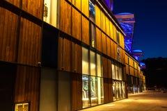 El distrito de la confluencia en Lyon, Francia en la noche Imagenes de archivo