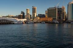 El distrito financiero central de Auckland visto de la cubierta del transbordador como entra en el puerto de Auckland fotografía de archivo