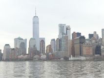 El distrito financiero del Lower Manhattan de un transbordador en el puerto de Nueva York, marzo de 2019 imagen de archivo
