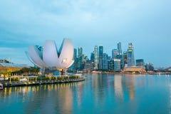 El distrito financiero y el edificio financiero en Singapur en la noche foto de archivo libre de regalías