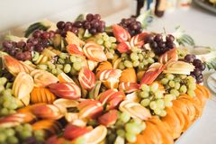El diverso dulce cortó la fruta en una tabla de comida fría Imagen de archivo libre de regalías