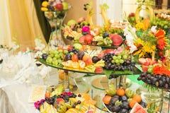 El diverso dulce cortó la fruta en una tabla de comida fría Imagen de archivo