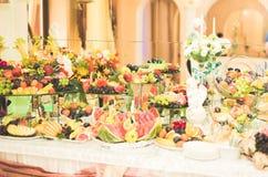 El diverso dulce cortó la fruta en una tabla de comida fría Fotografía de archivo