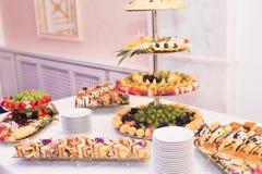 El diverso dulce cortó la fruta en una tabla de comida fría Imágenes de archivo libres de regalías