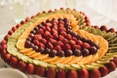 El diverso dulce cortó la fruta en una tabla de comida fría Fotografía de archivo libre de regalías