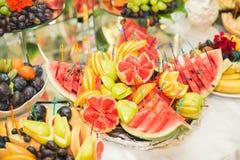 El diverso dulce cortó la fruta en una tabla de comida fría Imagenes de archivo