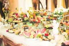 El diverso dulce cortó la fruta en una tabla de comida fría Foto de archivo libre de regalías