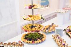 El diverso dulce cortó la fruta en una tabla de comida fría Fotos de archivo libres de regalías