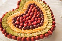 El diverso dulce cortó la fruta en una tabla de comida fría Foto de archivo
