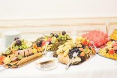 El diverso dulce cortó la fruta en una tabla de comida fría Fotos de archivo