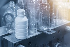El diverso tipo de producto plástico de la botella con el moldeo por inyección imagenes de archivo