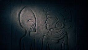 El dividir de las luces de la antorcha del extranjero en templo maya almacen de metraje de vídeo