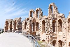 被拆毁的古老墙壁和曲拱在El Djem圆形露天剧场 免版税库存照片
