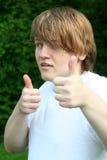 El doble adolescente del muchacho manosea con los dedos para arriba Imagen de archivo libre de regalías