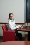 El doctor acertado Working At Laptop de la mujer Imagen de archivo