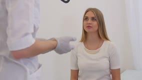 El doctor aconseja al paciente almacen de metraje de vídeo