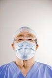 El doctor adentro friega, máscara quirúrgica, casquillo quirúrgico Fotografía de archivo
