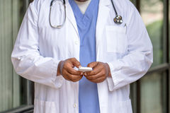 El doctor afroamericano Texting Imagen de archivo libre de regalías