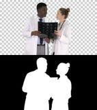 El doctor agradable serio y rayo afroamericano del cerebro x del estudio del doctor, Alpha Channel de la mujer fotos de archivo libres de regalías
