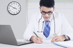 El doctor asiático escribe receta de la medicina Fotos de archivo