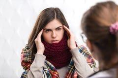 El doctor Asks Patient sobre enfermedad Imagen de archivo