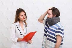 El doctor Asks Questions sobre la enfermedad Fotografía de archivo libre de regalías