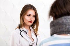 El doctor Asks Questions sobre la enfermedad Fotos de archivo libres de regalías