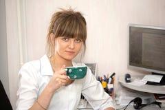El doctor bebe el café Imagen de archivo
