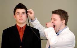 El doctor Bored con el cerebro del paciente Foto de archivo libre de regalías