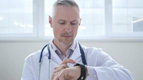 El doctor Browsing en Smartwatch almacen de video