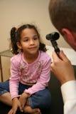 El doctor Checks Young Patient Foto de archivo