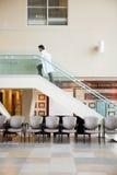El doctor Climbing Up Stairs en hospital Imágenes de archivo libres de regalías