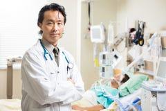 El doctor confiado With Patient Resting adentro Imagen de archivo