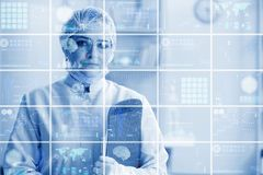 El doctor de la mujer en concepto del mhealth de la telemedicina imagen de archivo