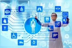 El doctor de la mujer en concepto futurista de la telemedicina Imagen de archivo