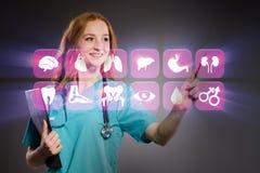El doctor de la mujer que presiona los botones con los diversos iconos médicos Fotografía de archivo