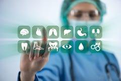 El doctor de la mujer que presiona los botones con los diversos iconos médicos Imagen de archivo