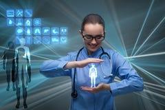 El doctor de la mujer que presiona los botones con los diversos iconos médicos Imagenes de archivo
