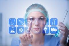 El doctor de la mujer que presiona los botones con los diversos iconos médicos Imagen de archivo libre de regalías