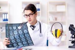 El doctor de la seguridad que aconseja sobre los auriculares de la cancelación de ruido foto de archivo libre de regalías