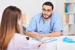 El doctor de Oriente Medio Consulting Female Patient imagen de archivo